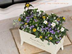 なんだか小さな宝石箱のような美しさの寄せ植え。 こういったカラーを散らして植える方法は、ぜひ真似してみたい。