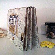 Hârtia reciclată manual ne provoacă în mod constant să creăm, iar de această dată aceasta, rezultatul este un album foto din hârtie reciclată! Toate materialele folosite sunt reciclate sau recuperate din hârtie veche! Paginile sunt cartonate (mucava de 2mm), cașerate cu hârtie ivory ca la aceste plicuri. Acest tip de hârtie reciclată manual este produsă exclusiv din rebuturi tipografice. Album, Canning, Handmade, Art, Art Background, Hand Made, Home Canning, Kunst, Craft