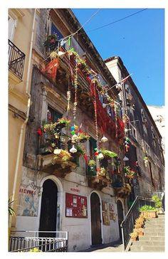 Visit Sicily (@VisitSicilyOP) Amazing little street #Catania ph Marta Lo Faro #summerinsicily #yummysicily #colorsofsicily