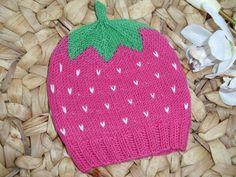 Ich biete hier eine handgestrickte Babymütze in Form einer Himbeere an. Sie hat eine Frucht in pink und kleine eingestrickte weisse Punkte. Den Abschl