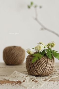 | DIY: Put a small glass inside a wool ball, and you will have a wonderful and delicate flower vase. |