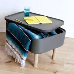 HAt Grise - table basse design originale : son coffre recèle un rangement intérieur astucieux. Bois de chêne, couleur gris, 40x60x25 cm