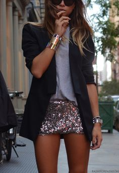great summer nighttime outfit - plain top with blazer and sequin shorts Look Fashion, Fashion Beauty, Fashion Design, Fashion Trends, Fashion Edgy, Fashion Outfits, Street Fashion, Skirt Fashion, Fashion Shirts