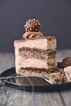 Gâteau Ferrero Here it is finally, the Ferrero cake recipe that I made for my daughter's birthday. Köstliche Desserts, Sweet Desserts, Delicious Desserts, Ferrero Torte, Cake Recipes, Dessert Recipes, Mousse Cake, Savoury Cake, Cakes And More