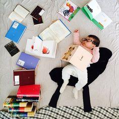 * when was reading a book, books came flying! 本を読んでいたら、 本たちが飛んできたよ〜! びっくり♫♫ 珍しく連日の#寝相アート (もどき) ※本の名前たちは気にしないであげてください。