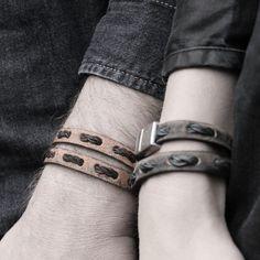 In dit stoere OXies model is ons ambachtelijk gedraaide ledertouw gevlochten op een prachtige vintage lederband. Deze 'Double Vintage' armband is super te combineren met een OXies Knoopketting! Deze armband wikkelt 2 keer om je pols.