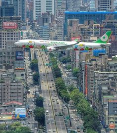 "Official Instagram Aviation™ no Instagram: ""The airplane every child would love to fly with! Eva Air Airbus A330-200 in Hello Kitty livery on final approach to Songshan intl. Airport(Taipei). Photo by @jal_kana"""