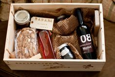 Edible gift box includes jam, bread and a bottle of wine! Add a gift tag or handwritten note for a personal touch Christmas Food Gifts, Homemade Christmas Gifts, Christmas Hamper, Homemade Food Gifts, Edible Gifts, Wine Country Gift Baskets, Welcome Gifts, Gift Hampers, Small Gifts