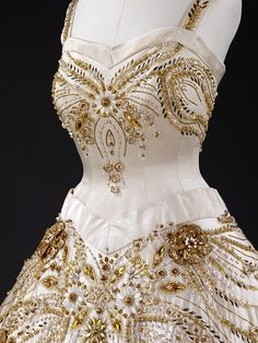 Dress worn by Queen Elizabeth II on a state visit to Paris. Known as the Flowers of the Fields of France dress, it was designed by Norman Hartnell. Ivory duchesse satin embroidered with pearls, beads, brilliants, and gold thread. Vintage Gowns, Vintage Mode, Vintage Outfits, Norman Hartnell, Beautiful Gowns, Beautiful Outfits, 1950s Fashion, Vintage Fashion, Royal Fashion