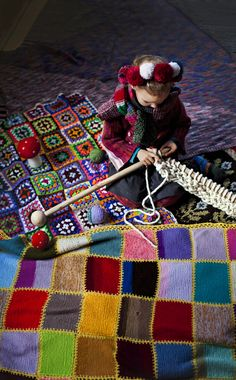 Little girl knitting with big needles / knitted & crochet square blankets < susannavento. Knitting Projects, Crochet Projects, Knitting Patterns, Yarn Bombing, Guerilla Knitting, Art Du Fil, Knit Art, Yarn Crafts, Textile Art