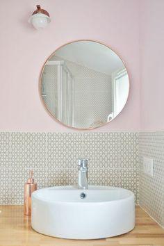 Une salle d'eau cosy et féminine avec un carrelage graphique