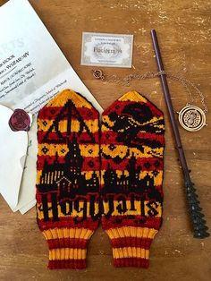 Knit A Pair Of Hogwarts-Inspired Harry Potter Mittens Wizardry Designed # stricken sie ein paar von hogwarts inspirierte harry potter fäustlinge wizardry designed # tricoter une paire de mitaines harry potter inspirées de poudlard Mittens Pattern, Knit Mittens, Crochet Blanket Patterns, Knitting Patterns, Knit Sweaters, Stitch Patterns, Harry Potter Scarf, Harry Potter Crochet, Fair Isle Knitting