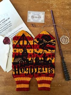 Knit A Pair Of Hogwarts-Inspired Harry Potter Mittens Wizardry Designed # stricken sie ein paar von hogwarts inspirierte harry potter fäustlinge wizardry designed # tricoter une paire de mitaines harry potter inspirées de poudlard Harry Potter Scarf, Harry Potter Crochet, Knitting Patterns Free, Free Knitting, Crochet Patterns, Loom Knitting, Crochet Ideas, Fingerless Mittens, Knit Mittens