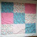 Diese Patchwork Babydecke wurde aus reiner Baumwolle hergestellt und gefüttert. Es eignet sich gut als Decke zum Schlafen, sowohl als Krabbeldecke im Sommer.  Die Größe ist 86cm x 96cm.  Sehr gut...