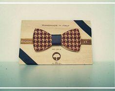 Wood-IT è la nuova linea di papillon 100% made in Italy. Tutti gli articoli vengono realizzati attraverso unaccurata scelta di legni masselli, che