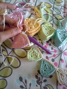 Free crochet pattern to create tiny flag bunting or banner. Crochet Bunting Free Pattern, Crochet Garland, Crochet Decoration, Crochet Squares, Crochet Blanket Patterns, Crochet Motif, Crochet Triangle Pattern, Granny Squares, Crochet Home
