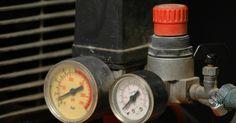 Como consertar um compressor de ar externo. Os compressores de ar são ferramentas de longa duração que exigem pouca manutenção. Quando um compressor para de funcionar de repente, a causa é geralmente relacionada a muitos problemas comuns. Estes aparelhos precisam de eletricidade para que o motor funcione, um tanque selado para segurar a pressão e uma passagem de ar limpa para distribuir o ...