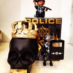 Police the KING with friends #profumeriaennio#viasanfelice#negozibologna#bologna#sanfelicehaunaltralingua#sanfelicespeaksdifferent#playmobil#playmobilparfum#police#the#king#blq#051#booh