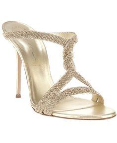 Sandália de salto alto em tom ouro com detalhe franzido.