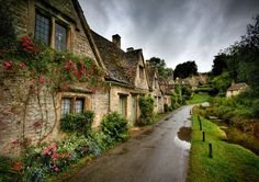 The picturesque cottages on Arlington Row being one of the most visited places in Cotswold. It is no wonder Bibury is regarded by many as the most beautiful village in England. Arlington Row, Magic Places, World Of Wanderlust, Wanderlust Travel, Reisen In Europa, Beaux Villages, Belle Villa, English Countryside, Belle Photo