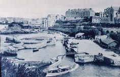 A diferencia de Niza y Montecarlo, el principal atractivo de Biarritz fueron los baños de mar, en sus cinco playas, y varios establecimientos con baños calientes. Además, ofrecía una costa accidentada con un pintoresco barrio de pescadores y permitía excursiones que se tomarían entonces como de gran valor etnológico. Hacia los años 1860, la puso de moda la emperatriz Eugenia de Montijo, atrayendo a la aristocracia francesa, española e inglesa.