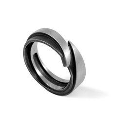 Métal: argent oxydé, mate 925/000 Dimensions: Epaisseur totale: 2.6 mm Largeur totale: 6.2 cm Ecrin fourni.
