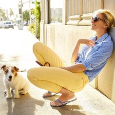 Flawless Five-Pocket yellow ankle jeans + adorable puppies brighten up our weekend stroll. Capri Outfits, Mom Outfits, Jean Outfits, Spring Outfits, Spring Clothes, Yellow Jeans Outfit, Yellow Pants, Yellow Outfits, Outfits Mujer