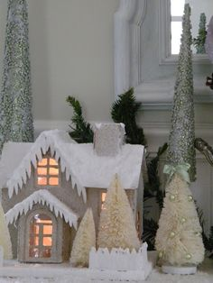 Maison Decor: Glittery house and snowman  (like the icicles)