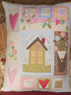 pretty cottage pillow.  RETIRADO DA NET | Flickr - Photo Sharing!
