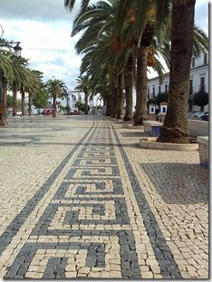 It is a fact that most of the sidewalks in the Portuguese cities are covered with pavement. Explore the Portugal pavement history and art Mosaic Walkway, Mosaic Garden, Landscape Plaza, Landscape Design, Stone Mosaic, Pebble Mosaic, Road Pavement, Pavement Design, Paving Pattern