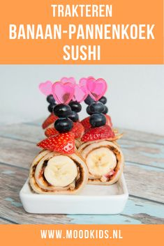 Make this easy, fast and healthy treat for children. sushi with rdbei, banana and (whole-grain) pancake. With nice skewers and extra fruit such as berries you can make a healthy treat that is ready in no time. Healthy Birthday Treats, Healthy Treats For Kids, Birthday Party Snacks, Party Treats, Healthy Snacks, Classroom Treats, Party Food And Drinks, Banana Pancakes, High Tea