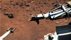 """Am 15. August 1976 wurde diese Aufnahme der Oberfläche des roten Planeten Mars von der Raumsonde """"Viking"""" aufgenommen. Vorne links an einem Ausleger eine Magnet-Bürste, rechts der Behälter eines meteorologischen Instruments, das kurz nach der Landung in Betrieb genommen wurde. (picture-alliance / dpa)"""