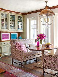Маленький диван на маленькую кухню может быть и представителем яркой эклектики: стильный диван у окна на небольшой кухне