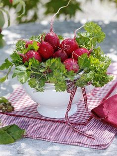 I love radishes. The color is so red.......The strawberries are tastier, but they disappear quickly from the colander ......