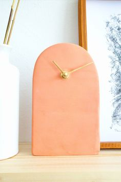 Learn how to make this simple clock with a cheap clock mechanism and air dry clay! Find more easy DIY ideas on Very Liv Diy Mantel Clocks, Diy Clock, Fun Diy, Easy Diy, Marble Wall, Air Dry Clay, Cool Diy Projects, Ceramic Bowls
