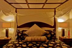 Mt Tamborine Accommodation - Romantic four poster king size canopy bed Canopy Bed Drapes, King Size Canopy Bed, Iron Canopy Bed, Mt Tamborine, Four Poster Bed, Bed And Breakfast, Queen Size, Sweet Home, Bedroom