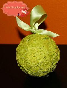 Pallina decorativa realizzata con roselline di carta velina...