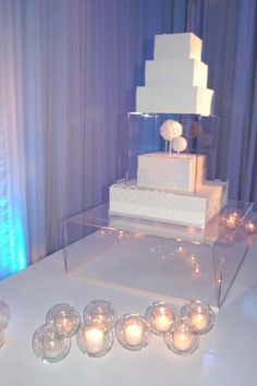 lucite cake stand..fab!