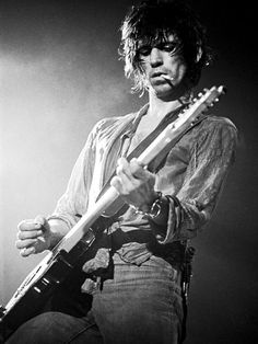 "Keith Richards, The Rolling Stones | Lynn Goldsmith: ''Who else can smoke a cigarette and play a solo at the same time?'' one of the greatest guitarist ever. the rolling stones were around for the best time. ""sex, drugs and rock n roll"" Siga o nosso blog em http://mundodemusicas.com/"