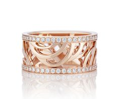 Inspired by a dance of light the gestures of our Aria motif are brought to life in our Aria Band in Pink Gold