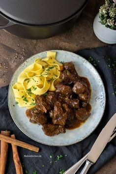 Butter-tender beef goulash in a spicy sauce with tagliatelle-Butterzartes Rindergulasch in würziger Sauce mit Tagliatelle Tender beef goulash with spicy sauce - Ground Beef Recipes Easy, Easy Healthy Recipes, Meat Recipes, Appetizer Recipes, Cooking Recipes, Sauce Recipes, Healthy Food, Beef Goulash, Beef Stroganoff