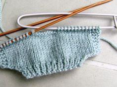 6-LE GILET : un bonus pour se faire plaisir ! : Le murmure des poupées Doll Patterns, Knitting Patterns, Minis, Kurta Designs, Lana, Knitted Hats, Doll Clothes, Knit Crochet, Sewing