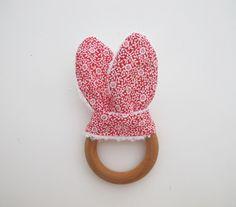 Doudou oreilles de lapin, grand anneau de dentition, inspiration Montessori, tissu rouge petites fleurs : Jeux, peluches, doudous par lelouppointu