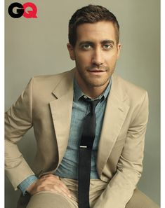His face is a little goofy, but ooh! Beige summer suit, chambray shirt and skinny tie (and tie clip). Very nice, sir. #JakeGyllenhaal