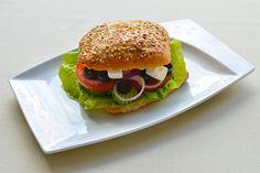Grecka-bułka grecka, ser feta, oliwki, pomidor, cebula, sałata 5 zł