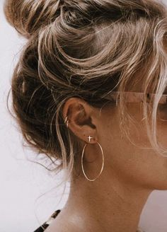 36 Ear Piercings for Women Beautiful and Cute Ideas Ear piercings are always hot! In other words, they can make you look totally different from the rest. Ear piercing is not just limited to the standar… Ear Peircings, Cute Ear Piercings, Multiple Ear Piercings, Unique Piercings, Girl Piercings, Ear Piercings Conch, Different Ear Piercings, Facial Piercings, Piercing Ideas