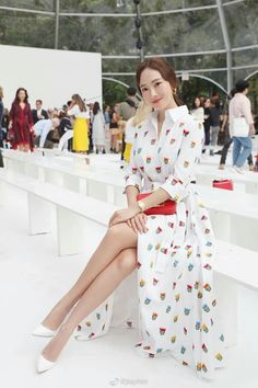 Singer and entrepreneur Jessica Jung took her dainty and fresh style to New York fashion week. Magazine Cosmopolitan, Instyle Magazine, Fashion Show, Fashion Looks, Fashion Outfits, Fashion Design, Sunday Dress Outfit, Seohyun, Snsd