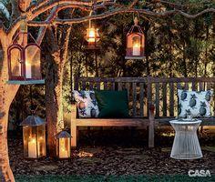 O jardim projetado pela paisagista Andréa Camasmie ficou ainda mais acolhedor com a luminosidade das lanternas decorativas.