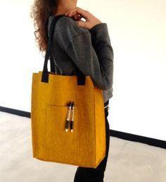 Handig én mooi, een tas van stevig vilt. Met deze DIY maak je in no time een mooie vilten tas.