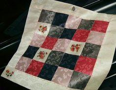 花と蝶(42×42cm)  2005 ヤンダン、ウンムンダン、刺繍パーツ  この模様のヤンダンは平織り部分が多いせいか、他のタンと比べてぐっと縫...